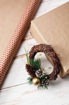 木製のテーブルの上のクリスマスの装飾、ギフトボックス。上。