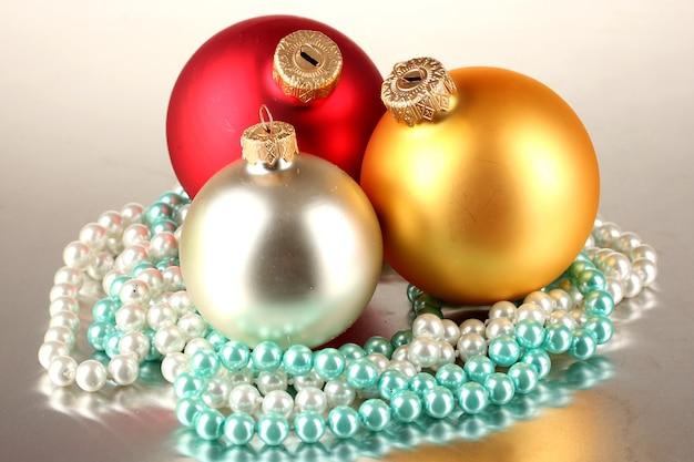 灰色の背景にクリスマスの装飾とギフトボックス