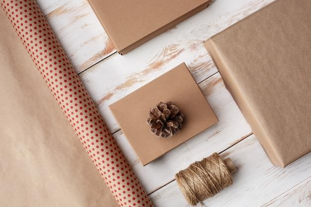나무 배경 위에 크리스마스 장식 및 선물 상자입니다. 위.