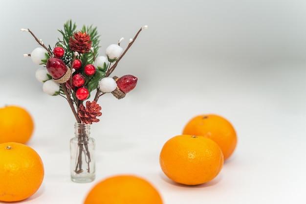 Рождественские украшения и мандарины на белом столе место для текста