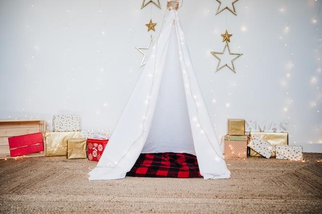 집에서 크리스마스 장식, 조명, 천막 및 선물. 크리스마스 때