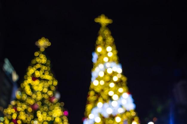 クリスマスの装飾の背景には、黄金の光が燃えるボケがあります。