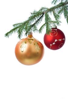 白の上のクリスマスの装飾ボールとモミの枝