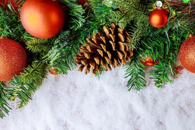 소나무 콘 지점에 크리스마스 장식 볼 눈송이