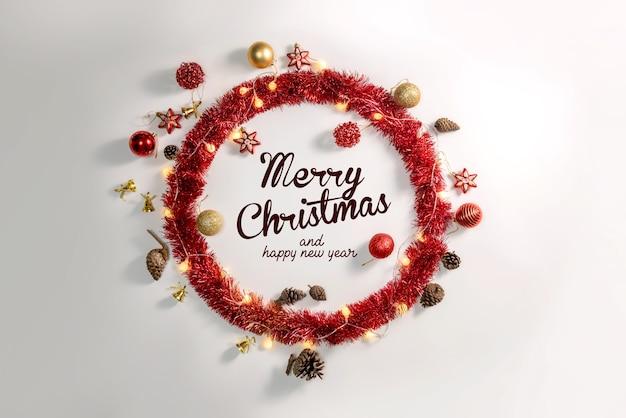 白い表面のクリスマスの装飾ボールと装飾品
