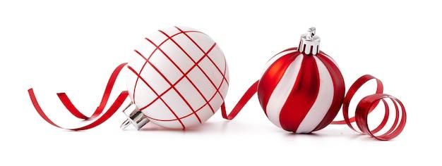 白い背景で隔離のクリスマスの装飾ボール