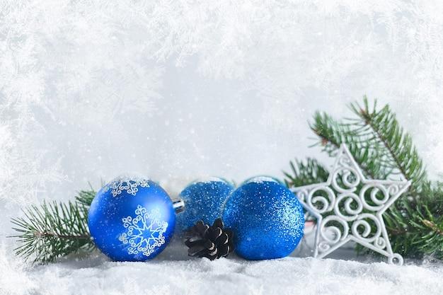 販売またはグリーティングカードのクリスマスデコレーションバナーお祝いボールキャンドルの装飾