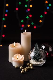 크리스마스 장식. 흐린 된 빛 배경입니다.