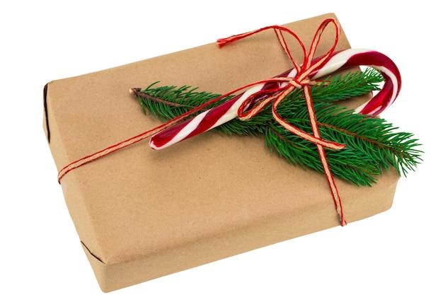 크리스마스 장식. 크리스마스 선물 상자입니다. 아름다운 포장. 빈티지 선물 상자 흰색 절연입니다. 수공.
