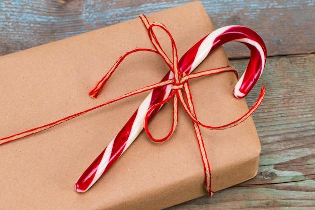 크리스마스 장식. 크리스마스 선물 상자입니다. 아름다운 포장. 나무 바탕에 빈티지 선물 상자입니다. 수공.