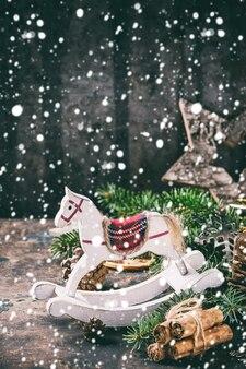 Рождественская открытка с игрушками и елкой