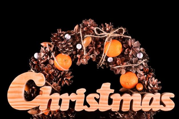 Рождественская открытка с венком изолированной черной копией пространства
