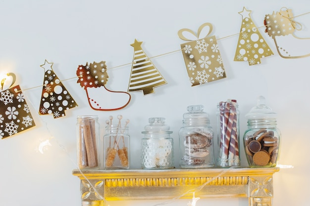 Новогоднее украшение какао-бар с печеньем и сладостями в бело-золотом и винтажном стиле