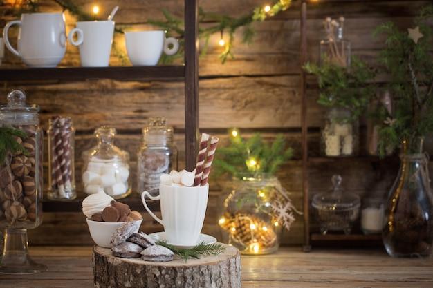 Рождественские украшения какао-бар с печеньем и сладостями на старом деревянном фоне