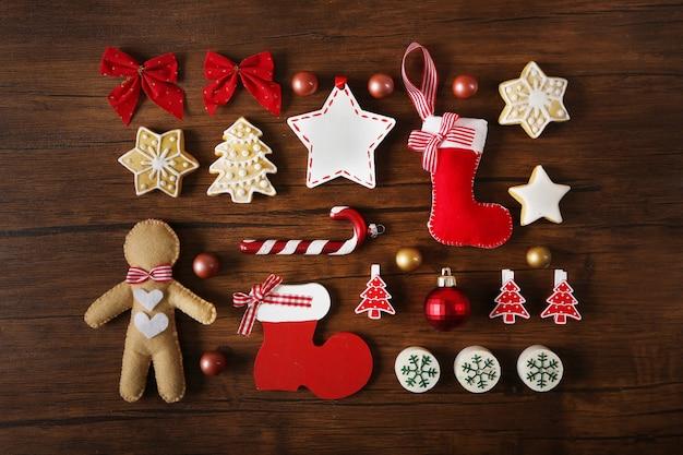 나무 테이블 상단보기에 크리스마스 장식 컬렉션