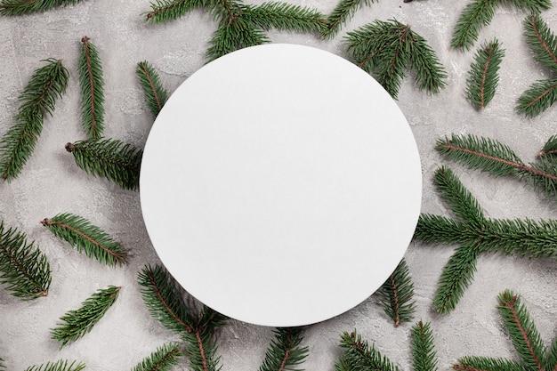 텍스트에 대 한 장소를 가진 회색 배경에 동그라미와 크리스마스 장식 구성 소나무 가문비 나무 가지. 전나무 나무 가지