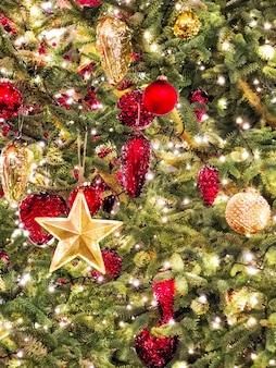 Рождественские украшения праздничные огни. орнаменты из красного золота
