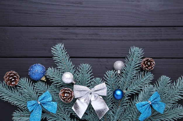 クリスマスの飾り。ボール、バンプ、黒の背景に弓とモミの木の枝