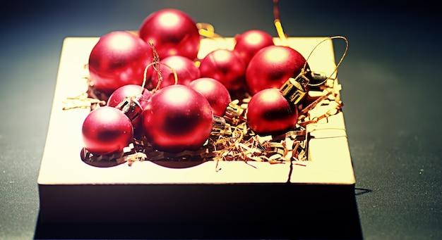 크리스마스 트리를 위한 크리스마스 장식입니다. 크리스마스 트리를 장식하는 작은 공. 새해를 위한 장난감.
