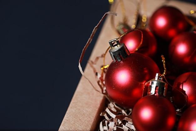 クリスマスツリーのクリスマスデコレーション。クリスマスツリーを飾るための小さなボール。新年のおもちゃ。