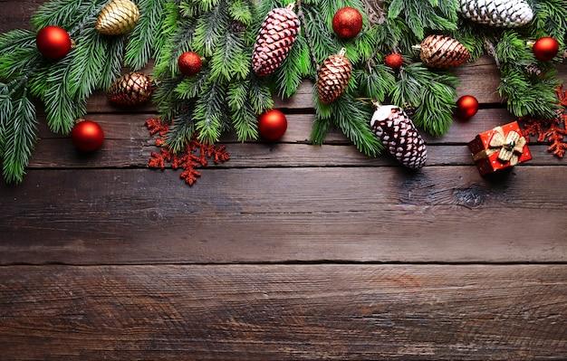 나무 배경에 크리스마스 장식 프레임