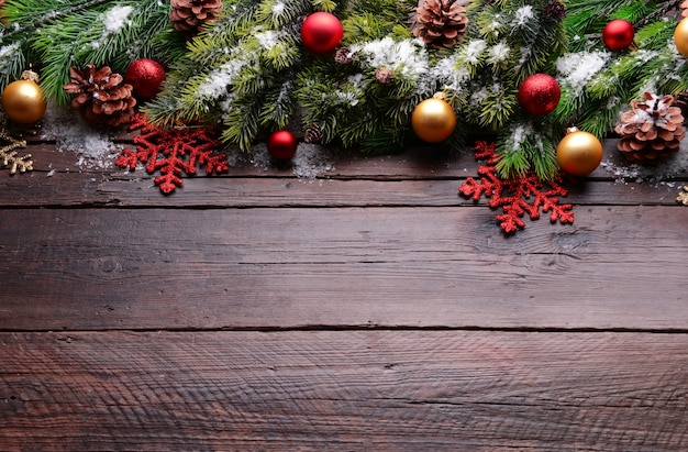 나무 테이블에 크리스마스 장식 프레임