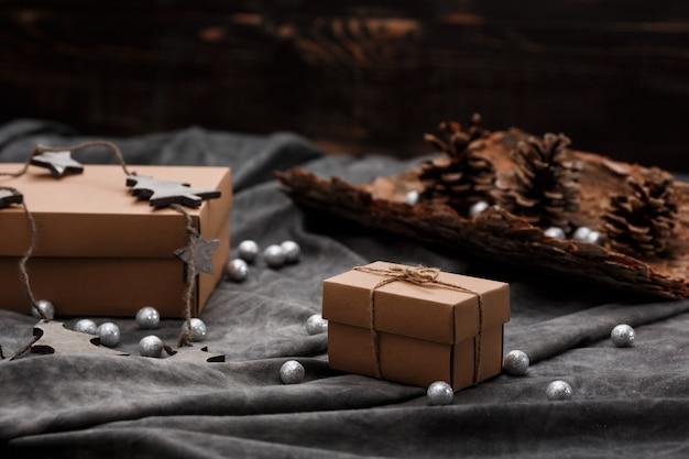 Decorazioni natalizie e scatole regalo su superficie grigia