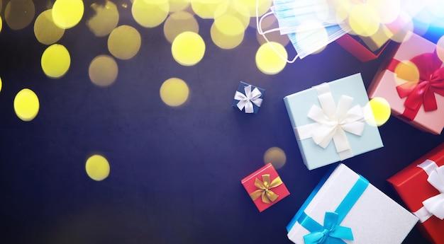 크리스마스 장식. 검은 돌 배경에 선물 상자입니다. 평면도. 크리스마스 인사말 카드 개념입니다.