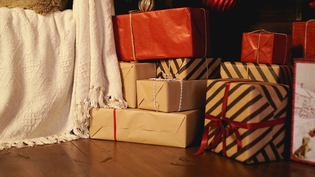 クリスマスの飾り。ハッピーホリデー。クリスマスに飾られた美しいリビングルーム。