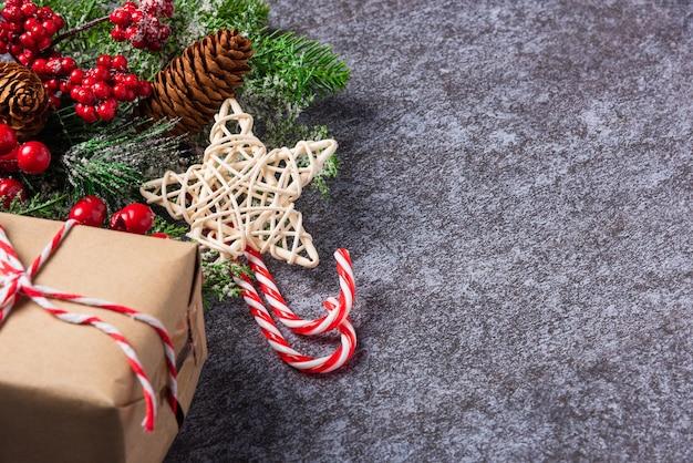 クリスマスの日と国境の緑のモミの木の枝のクリスマスの装飾の休日
