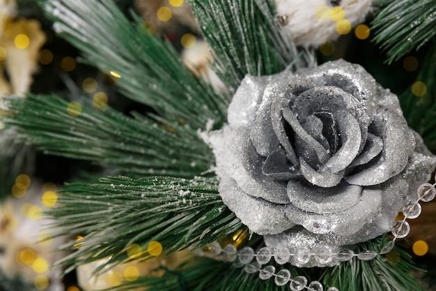 銀のバラの花の形でクリスマスの装飾