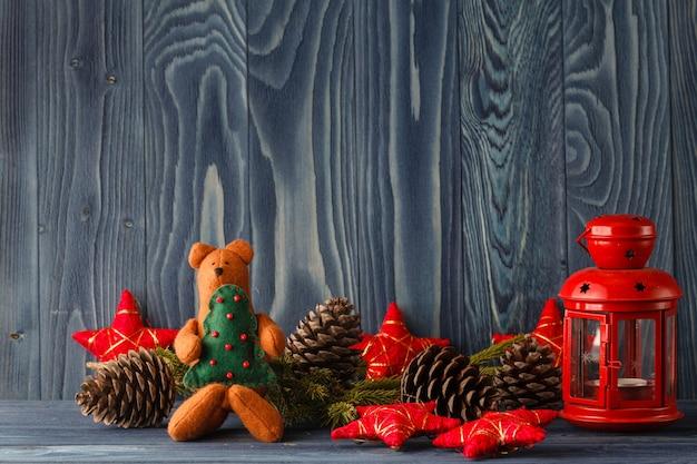 Новогоднее украшение на фоне дерева в снегу