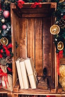 Новогоднее украшение в деревенском стиле на фоне деревянной стены.