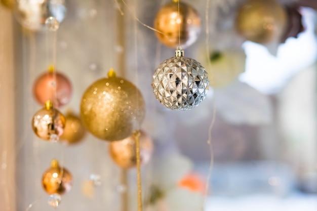 店の窓のクリスマス装飾。