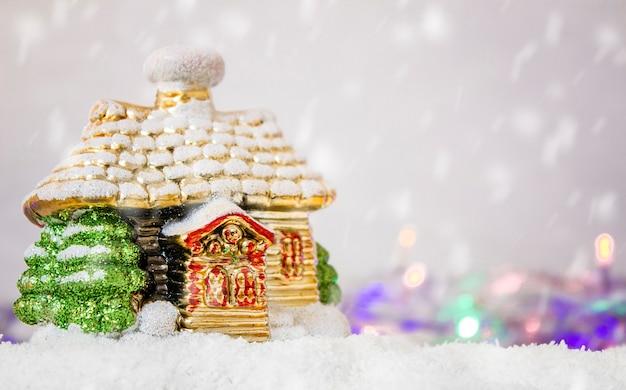 カラフルなライトと明るい背景に雪の中でクリスマスの装飾