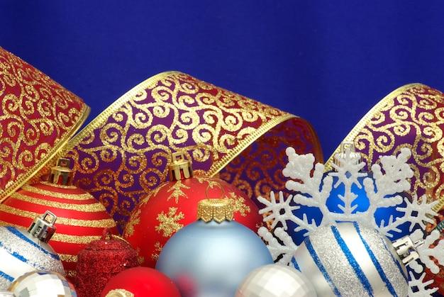 青い表面に分離されたクリスマスの装飾