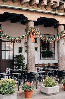 바르셀로나의 스페인 마을에있는 거리 카페의 크리스마스 장식