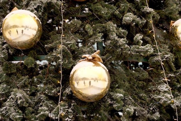 モミの木のショッピングセンターの球、弓、枝のクリスマスの装飾