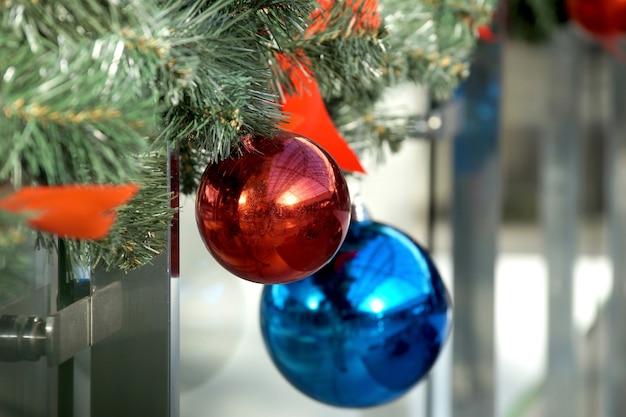 쇼핑 센터 구체, 활 및 전나무 가지의 크리스마스 장식