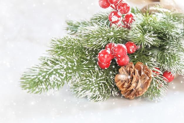 Новогоднее украшение на красивом фоне. рождественская открытка. выборочный фокус. праздники
