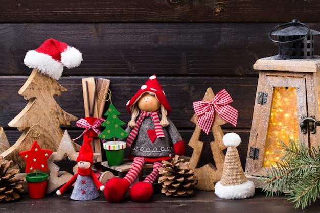 明るい背景上のクリスマスの装飾