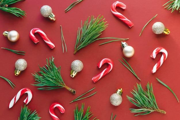 Новогоднее украшение на красном фоне. копировать пространство
