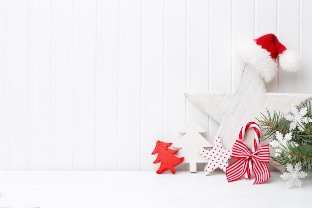 흰색 나무 바탕에 크리스마스 장식