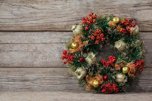 木製のテーブルの上にクリスマスの装飾