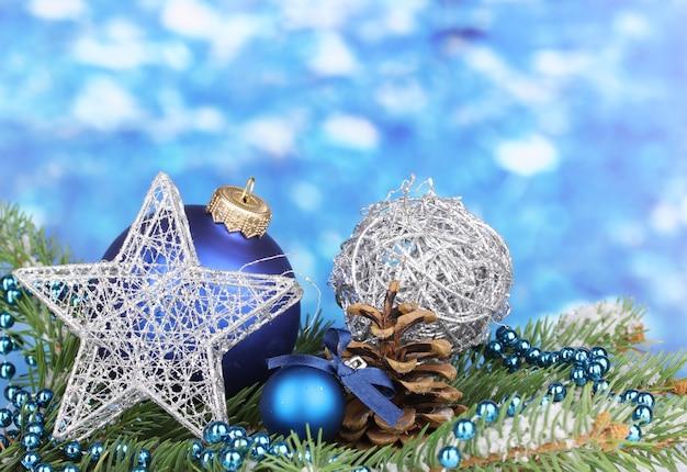 파란색 표면에 크리스마스 장식