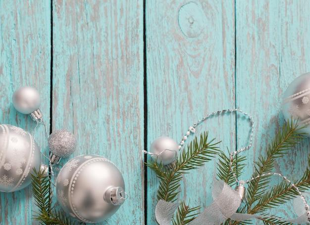 푸른 나무 배경에 크리스마스 장식