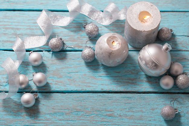青い木製の背景にクリスマスの装飾