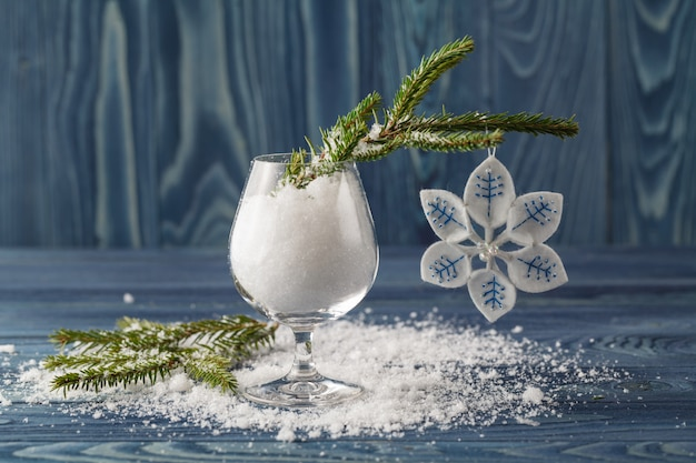 青い木製のテーブルの上のクリスマスの装飾