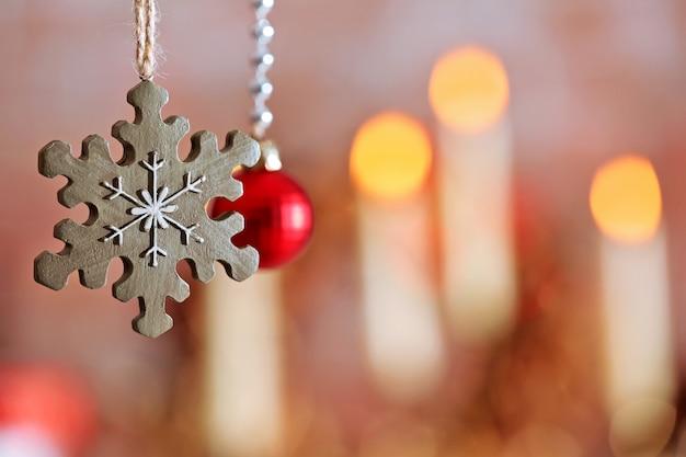 밝은 색 배경에 크리스마스 장식