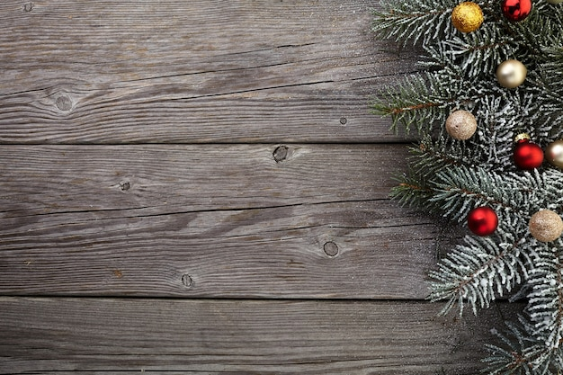 Новогоднее украшение на старой деревянной доске гранж. вид сверху